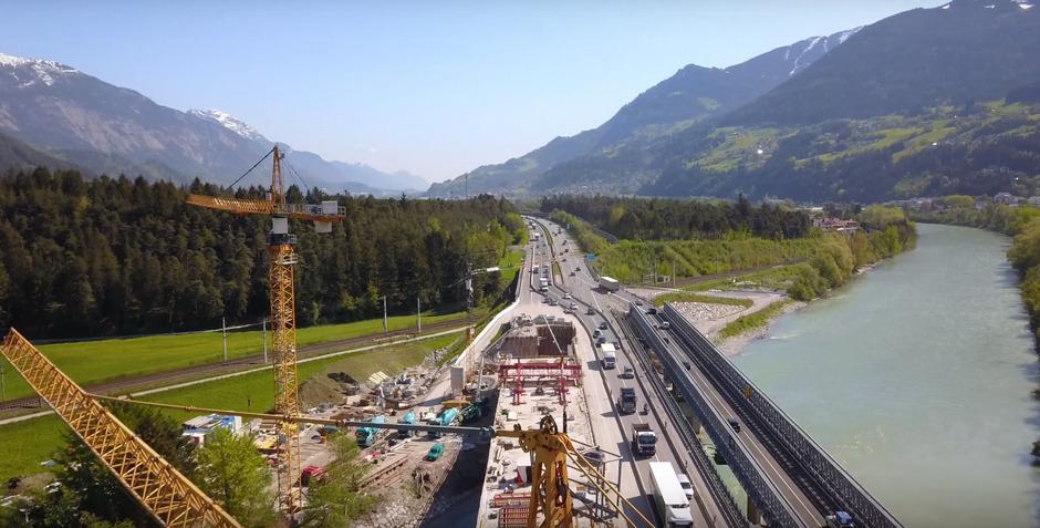 Die Behelfsbrücke (rechts) war zuletzt Anfang August befahrbar. Aufgrund von Schäden musste sie gesperrt werden. Links im Bild entsteht eines der beiden neuen Brückentragwerke.