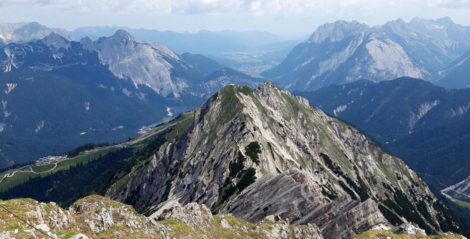 Fast auf der gesamten Wanderung hat man tolle Ausblicke: Ob beim Blick zurück zum Übergang von der Seefelderspitze ...