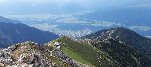 ... oder hinab von der Reither Spitze, wo man Nördlinger Hütte und Inntal sieht.