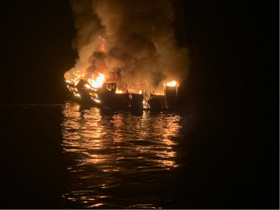 """Die Passagiere und ein Crewmitglied hatten in einer Kajüte unter Deck geschlafen, als das Taucherboot """"Conception"""" vor der Insel Santa Cruz Island in Flammen aufging."""