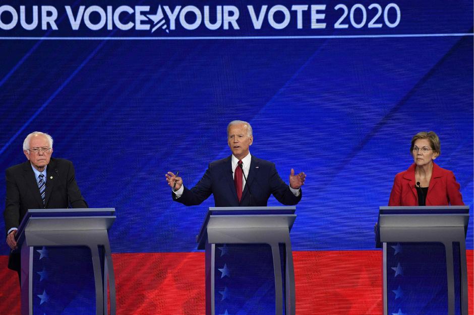 Ex-Vizepräsident Joe Biden (Mi.) und die Senatoren Bernie Sanders und Elizabeth Warren bei der dritten TV-Debatte der Demokraten.