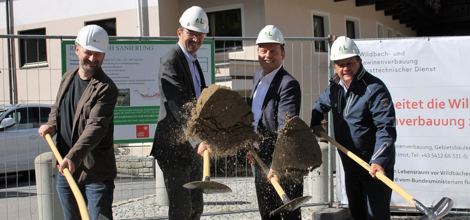 Sowohl Gebietsbauleiter Daniel Kurz, Wildbach- und Lawinenverbauungs-Sektionsleiter Gebhart Walter, LHStv. Josef Geisler als auch der Sölder Bürgermeister Ernst Schöpf fanden sich zur Spatenstichfeier des Schutzprojektes am Rettenbach ein.