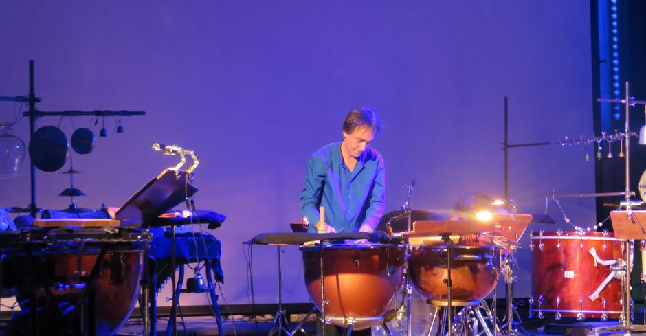 Christian Dierstein zauberte an mehreren Perkussionsinseln eine Fülle an Klängen, Rhythmen und Assoziationen.