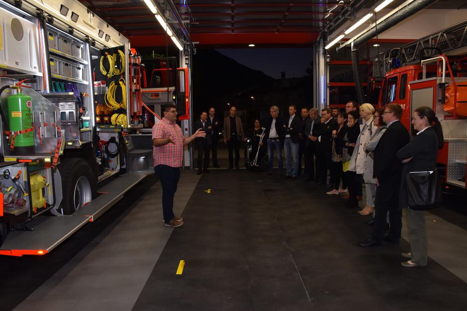 Der ganze Stolz der Feuerwehr Reutte – das neue, 420.000 Euro teure Tanklöschfahrzeug. Kommandant Alexander Ammann erläutert den Mandataren nach der Gemeinderatssitzung, in der die Stadterhebung thematisiert worden war, die Vorzüge des Feuerwehrautos.