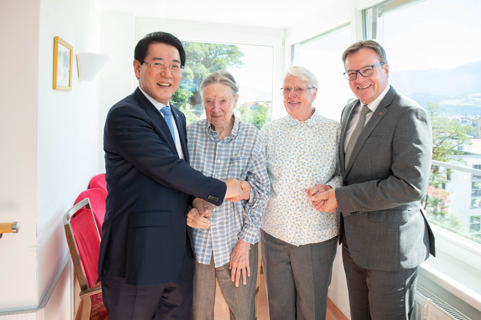 Der Gouverneur der Region Jeollanam-do Kim Yung-rok trifft Schwester Margaret, Schwester Marianne und Landeshauptmann Günther Platter in Innsbruck (v.l.n.r.).