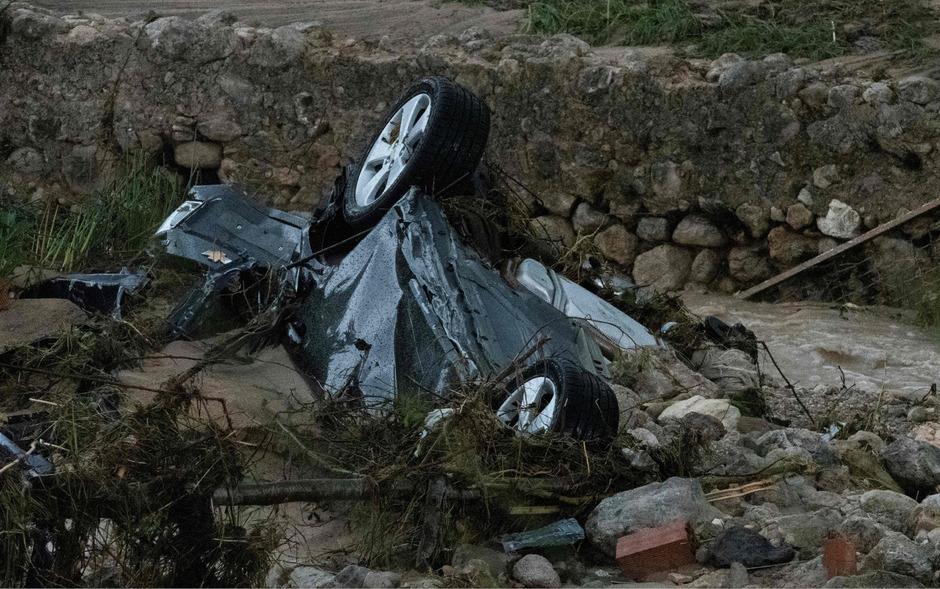 Autos wurden von den Wassermassen mitgerissen.
