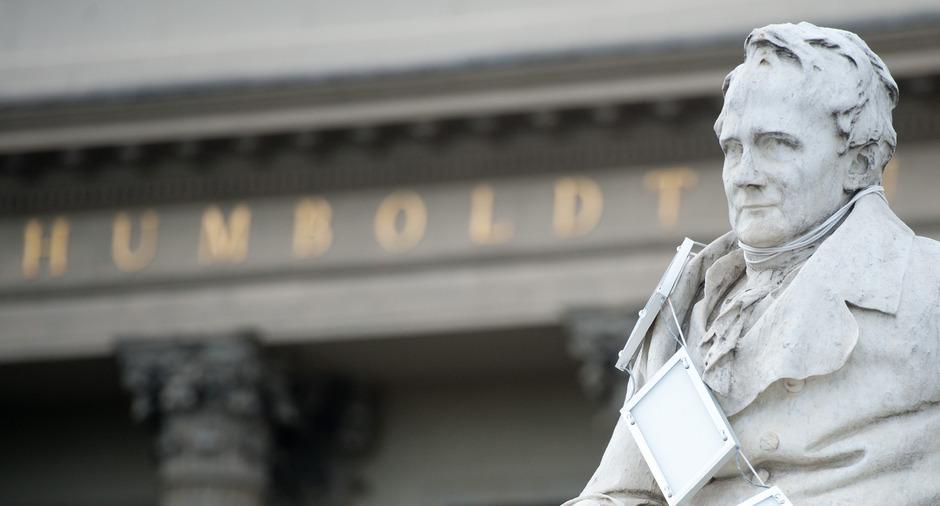 Ein Denkmal für Alexander von Humboldt steht vor dem Eingang der Humboldt-Universität zu Berlin.