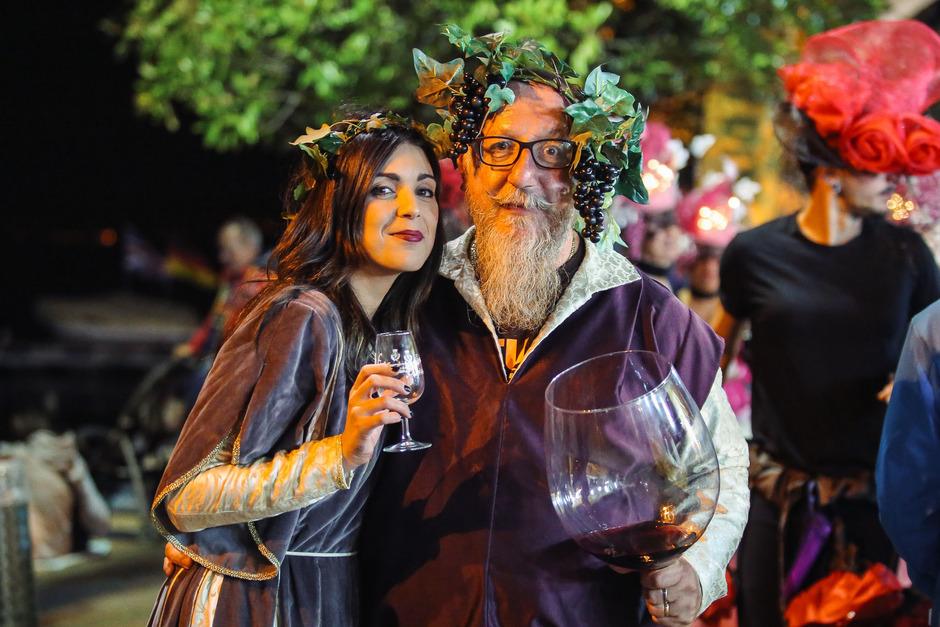 Bacchus grüßt die Gäste des Weinfests.