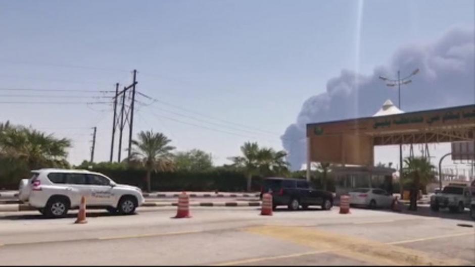 Dichte Rauchschwaden steigen über der Raffinerie - hier auf Fernsehbildern zu sehen - auf.
