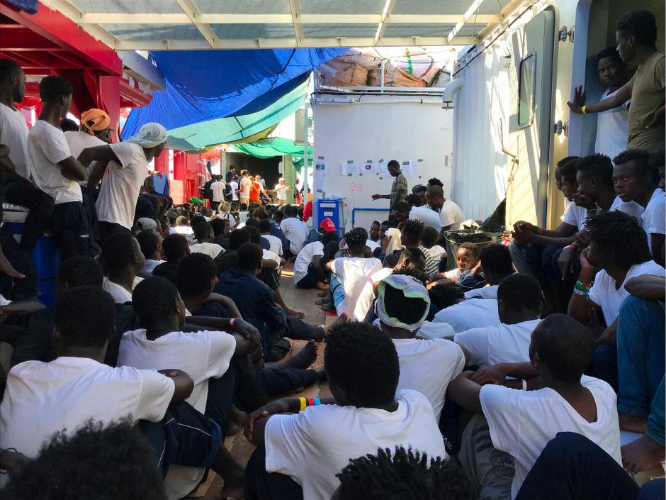 Nach Angaben des französischen Innenministeriums sollen die 82 Migranten an Bord anschließend auf fünf europäische Länder, unter ihnen Frankreich, Deutschland und Italien, verteilt werden.