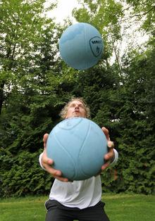 Medizinbälle jonglieren? Kein Problem.