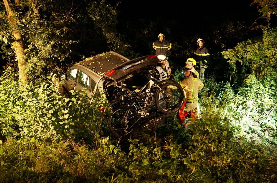 Das Auto landete in der Böschung.