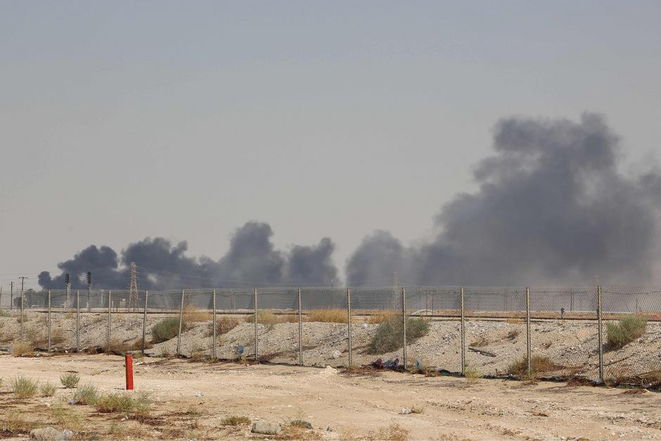 Wegen des Angriffs standen mehrere Gebäude der Raffinerie in Flammen.