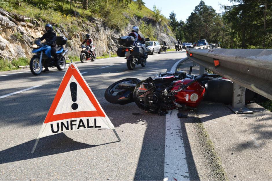 Der Lenker des Motorrads wurde bei dem Sturz verletzt.