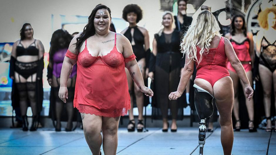 """Hunderte Models bewusst unterschiedlicher Statur defilierten bei der dritten """"Body Positive""""-Schau am Sonntag in Paris."""