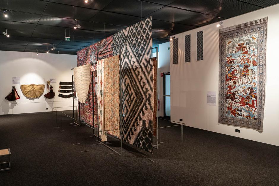 Die zwischen dem siebten und dem 19. Jahrhundert im Raum von Marokko bis Indien entstandenen textilen Kostbarkeiten wurden aus zwölf Privatsammlungen zusammengeliehen.