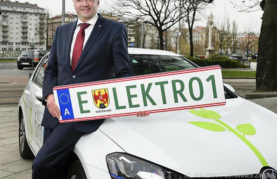 Die grüne Nummerntafel ist die Lizenz für Tempo 130, ausländische E-Autofahrer müssen weiter 100 fahren.