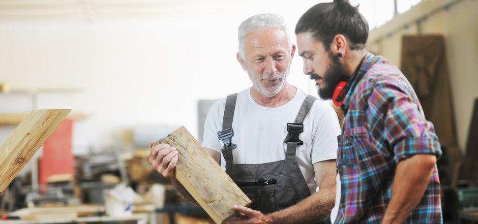 """Ältere Menschen müssen am Arbeitsmarkt nicht zum """"alten Eisen"""" gehören. Ihre langjährige Erfahrung ist oft eine gute Ergänzung zum Know-how der Jungen."""