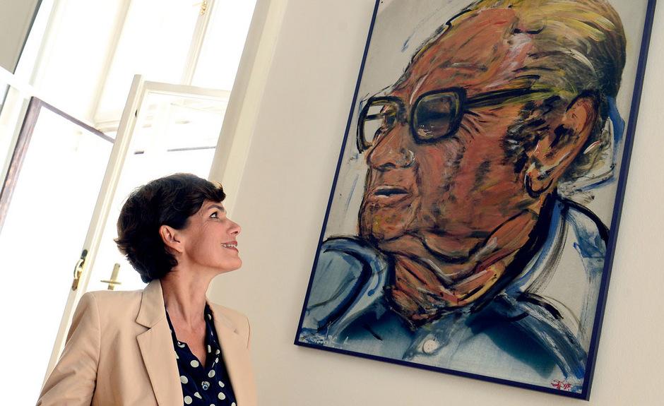 Pamela Rendi-Wagner vor dem Bruno-Kreisky-Gemälde in ihrem Büro. Seine Politik habe es der Tochter einer Alleinerzieherin möglich gemacht, ihren Traum vom Uni-Studium zu leben.