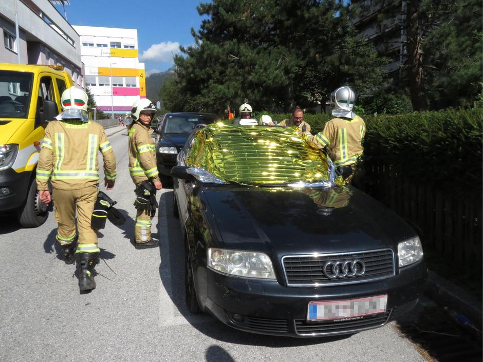 Mit einer Aludecke verhinderten die hilfsbereiten Jenbacher Feuerwehrmänner, dass sich der Wagen zu sehr aufheizt.