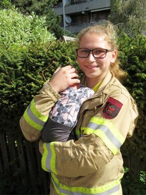 Erinnerungsfoto: Feuerwehrfrau Lea mit dem einen Monat alten Baby.