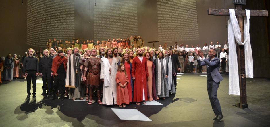 Regisseur Markus Plattner (rechts) und das Schauspielerteam bringen seit der Premiere im Mai die Mitterer-Passion auf die Bühne.