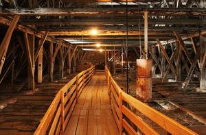 Bei einer Stadtführung erleben die Besucher die Bergbaugeschichte hautnah, u. a. im Dachstuhl der Stadtpfarrkirche.