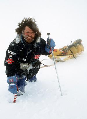 Reinhold Messner demonstriert mit Ski und Lastenschlitten, wie es ihm und Arved Fuchs auf ihrer Antarktis-Expedition ergangen ist (Archivfoto von April 1990).