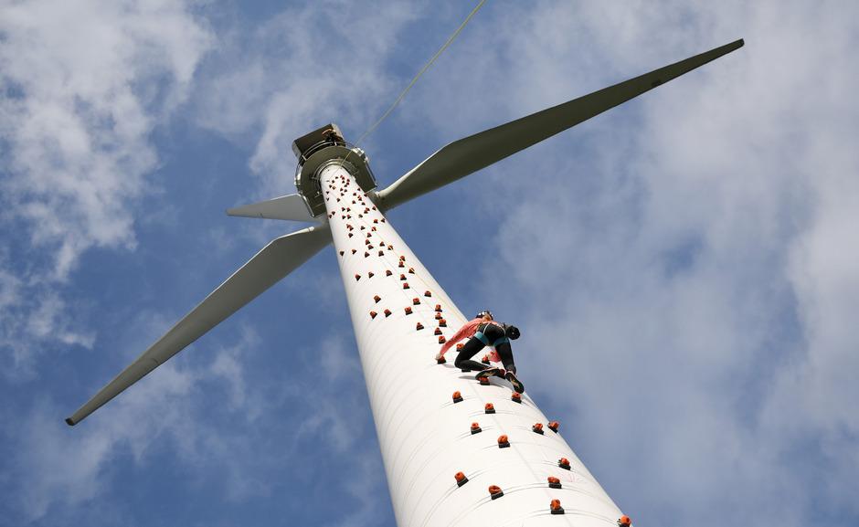 Kennt keine Furcht: Jessica Pilz kletterte auf das 50 Meter hohe Windrad.