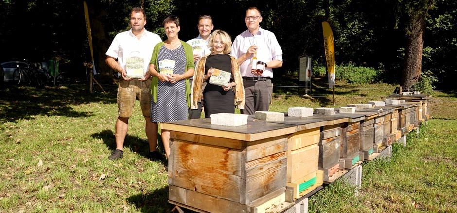 Hans Gumpitsch, die Lienzer Gemeinderäte Gerlinde Kieberl und Christian Steininger, Bürgermeisterin Elisabeth Blanik und Imker Klemens Kreuzer (v.l.) ermöglichten die Blühwiese für Bienen in der Stadt.