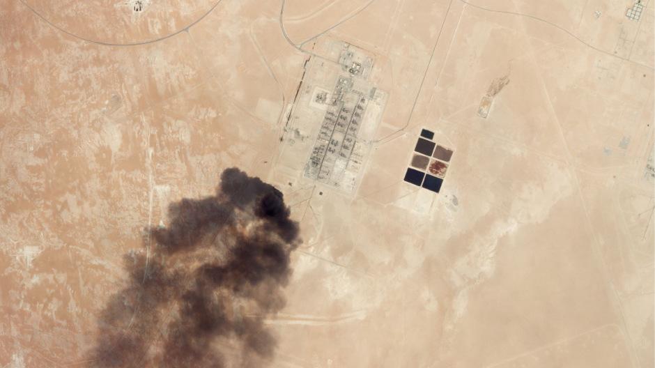 Eine Luftaufnahme einer betroffenen Ölanlage in Saudi-Arabien.
