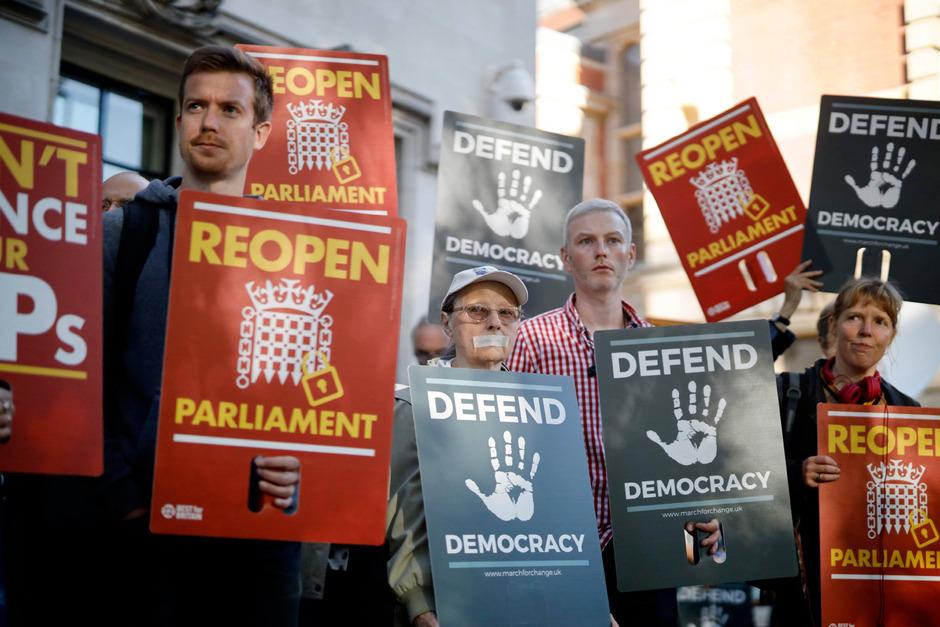 Demonstranten bekundeten vor dem Obersten Gerichtshof ihren Unmut.