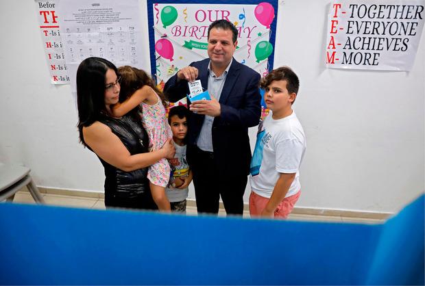 Ayman Odeh kam mit seiner ganzen Familie ins Wahllokal.
