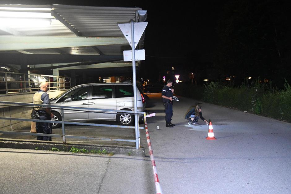 Spurensicherung auf dem Parkplatz, auf dem es zu der blutigen Auseinandersetzung gekommen ist.