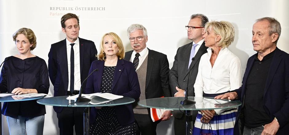 V.l.: Stephanie Krisper (NEOS), Kai Jan Krainer (SPÖ), Ausschussvorsitzende Doris Bures (SPÖ), Verfahrensrichter Eduard Strauss, Hans Jörg Jenewein (FPÖ), Gabriela Schwarz (ÖVP) und Peter Pilz (Jetzt) zogen Bilanz.