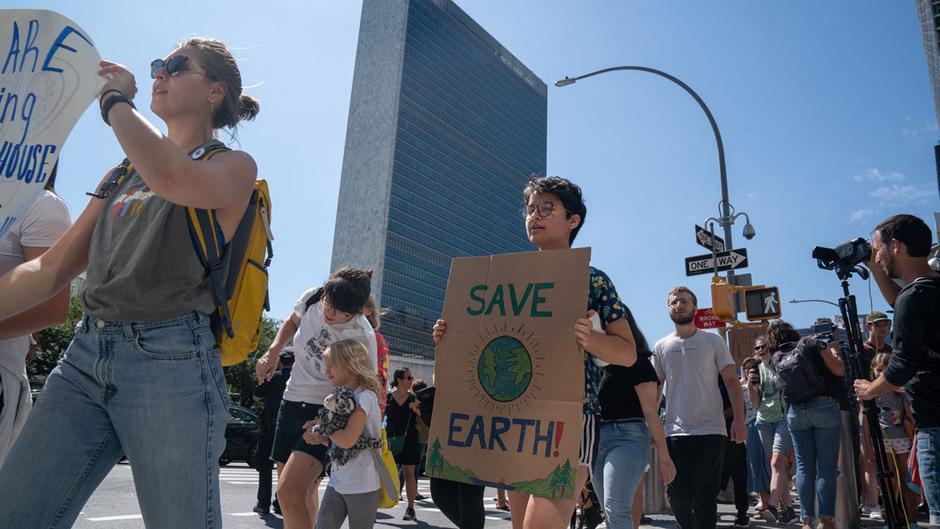 Junge Menschen demonstrieren vor dem UNO-Hauptquartier in New York für mehr Klimaschutz.