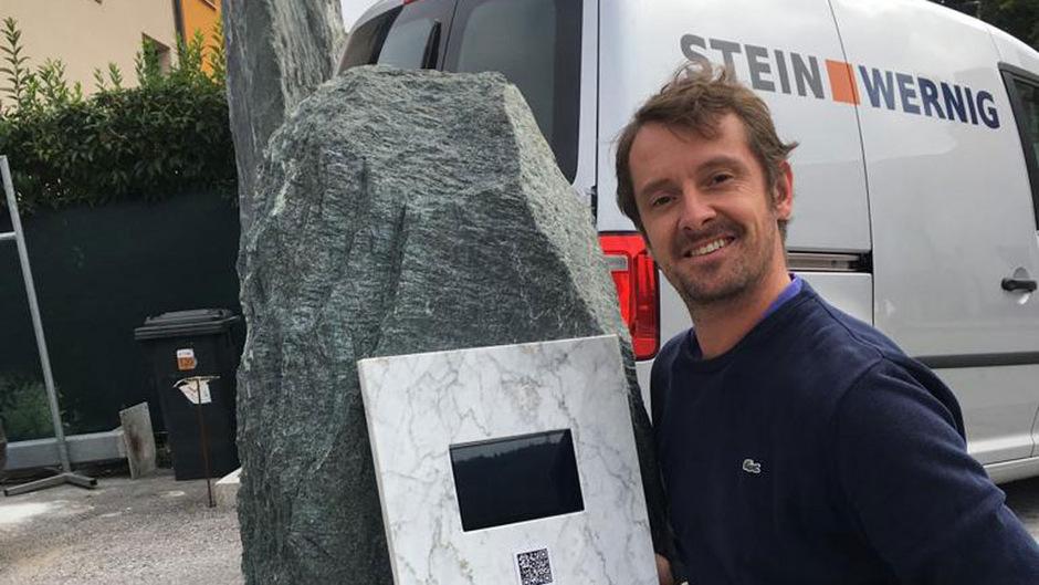 Steinmetz Peter Lutz mit dem digitalen Grabstein.