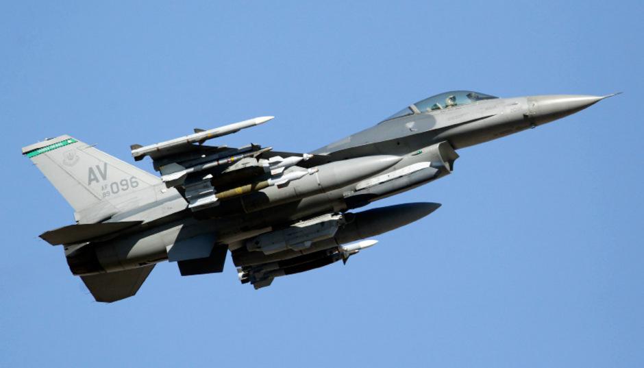 Eine Kampfjet vom Typ F-16. (Archivbild)