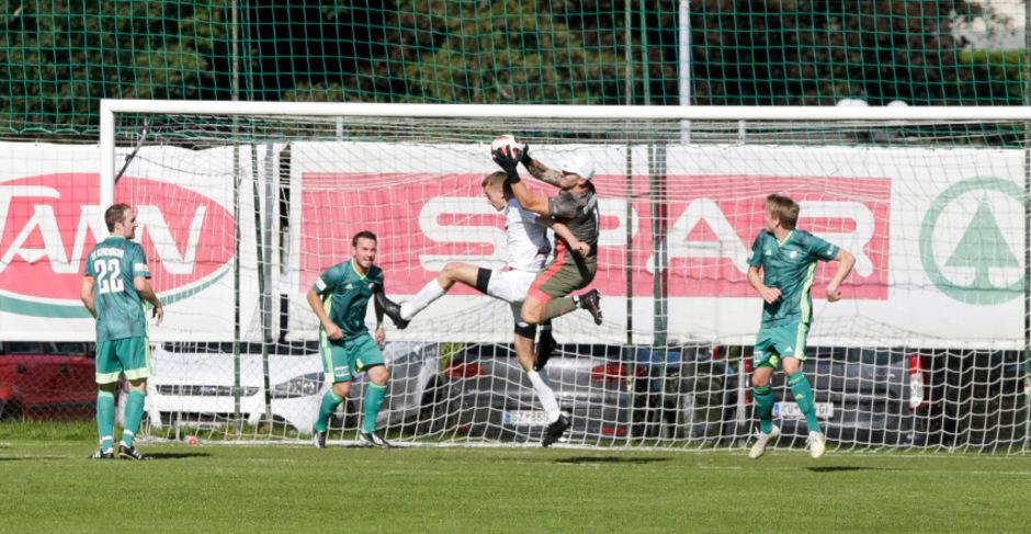 Kirchbichls Goalie Rudi Obernauer (hier gegen Robert Rubatscher) hatte bis zum Gegentor nicht viel zu tun.