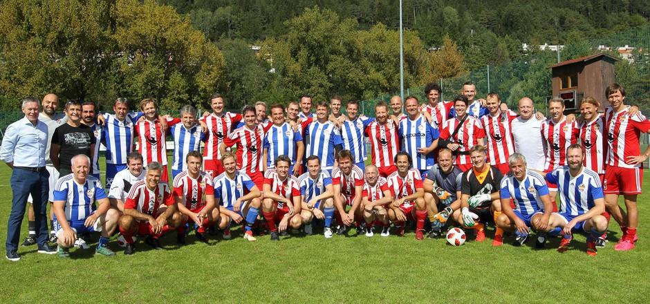 Eine illustre Runde an verschiedenen Kickergenerationen von ISK und Lohbach/Kranebitten versammelte sich am Samstag am Sportplatz Hötting-West zum Legendenspiel.