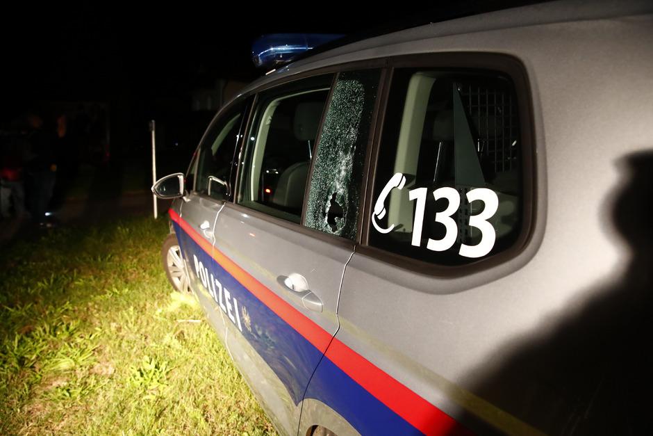 Das Polizeiauto wurde mindesten von einem Schuss getroffen, verletzt wurde niemand.