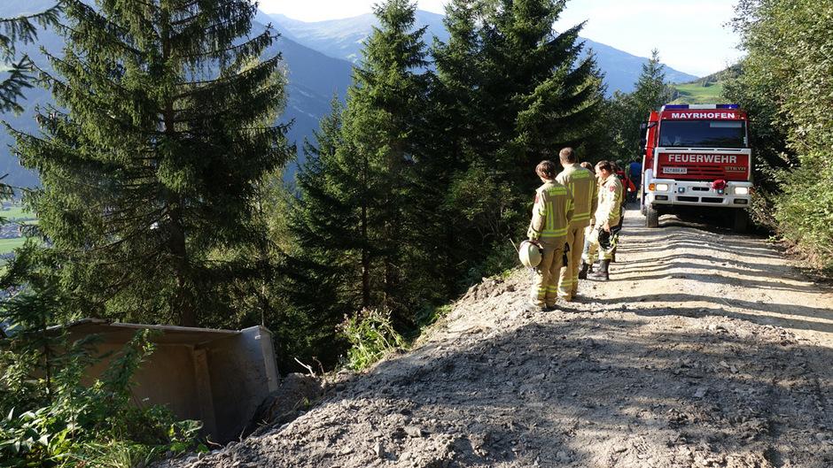 Der Lastwagen stürzte rund 100 Meter ab.