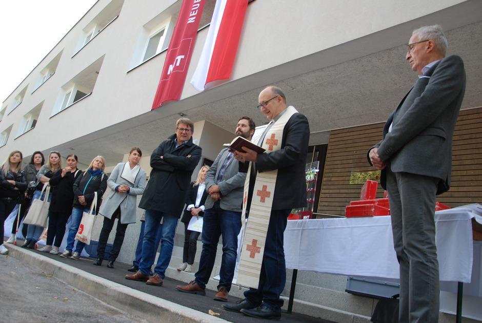 Wohnungsübergabefeier am Freitag in der Malserstraße – von rechts: StR Herbert Mayer, Stadtpfarrer Martin Komarek, Wohnungsreferent StR Johannes Schönherr und NHT-Geschäftsführer Hannes Gschwentner.
