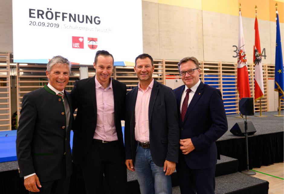 BM Peter Schönherr (l.) und Landeshauptmann Günther Platter (r.) nahmen die beiden ehemaligen Neustift-Schüler Manni Pranger (2. v.l.) und Stephan Eberharter in die Mitte.