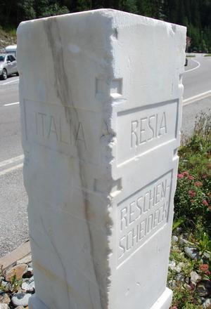 Der aus Laaser Marmor gefertigte Grenzstein am Reschen liegt in Graun, 100 Meter südlich der Staatsgrenze.