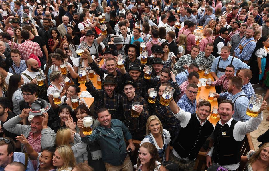 An 16 Festtagen kommen an die sechs Millionen Besucher - und sie trinken etwa sieben Millionen Maß Bier.