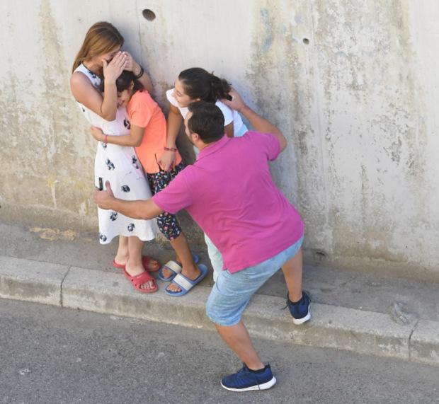 Eine erschütterte Familie hat Schutz auf der Straße gesucht.