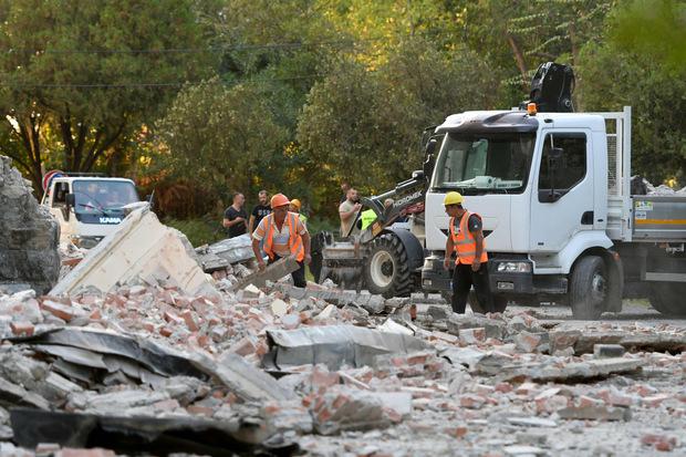 Die Aufräumarbeiten haben bereits nach dem ersten schweren Beben begonnen.