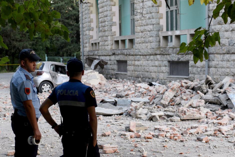 Sicherheitskräfte in Tirana stehen vor den Trümmern eines Gebäudes, das bei dem Beben schwer beschädigt wurde.