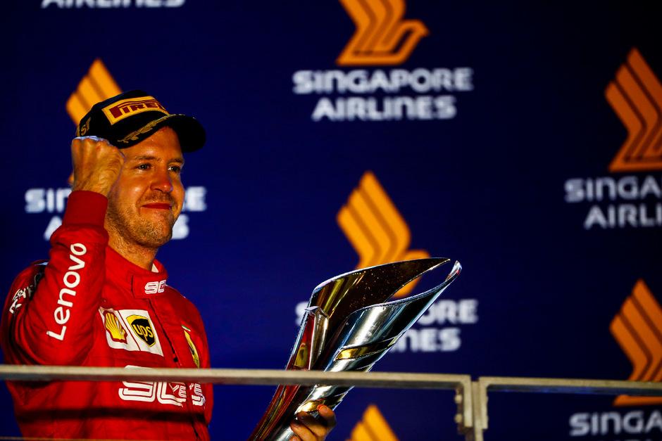 Kann nach seinem Befreiungsschlag wieder lachen: Sebastian Vettel.